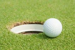 击中铁行动的球高尔夫球 库存照片