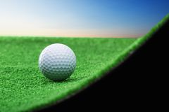 击中铁行动的球高尔夫球 免版税图库摄影