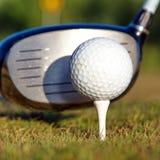 击中铁行动的球高尔夫球 库存图片