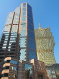 中银的办公室塔与澳门新葡京酒店赌博娱乐场的在背景中在澳门 免版税图库摄影
