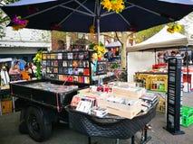 中间人音乐CD和电影DVD失去作用在周末市场,纽敦上 免版税库存图片