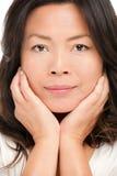 中间变老的亚洲妇女秀丽纵向 免版税库存照片