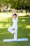中间变老的女子瑜伽 免版税库存图片