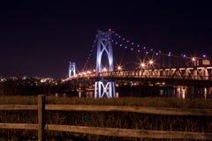 中间哈德森桥梁在晚上 库存照片