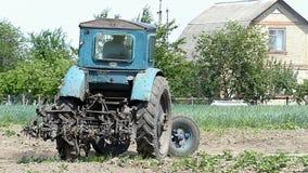 中间大小拖拉机向右转与培养在夏天耙松 影视素材