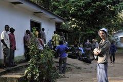 中非密林,刚果,非洲- 2008年10月30日:有小组的美丽的女孩Bomass的阵营的游人在Sangha劈裂 免版税图库摄影