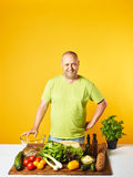 中年人厨师新鲜的沙拉 免版税库存图片