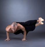中年人实践的瑜伽演播室照片  库存照片