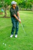中年人实践的高尔夫球 免版税库存图片