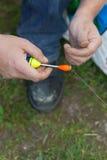 中年人,欧洲人,钓鱼繁忙的天 钓鱼在湖在夏日 免版税库存照片