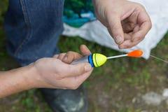 中年人,欧洲人,钓鱼繁忙的天 钓鱼在湖在夏日 免版税库存图片