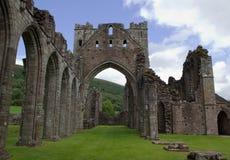中年修道院废墟在布雷肯比肯斯山在威尔士 免版税图库摄影