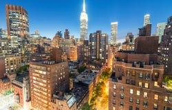 中间地区在一个美好的晚上,从屋顶的纽约点燃 免版税库存照片