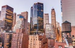 中间地区在一个美好的晚上,从屋顶的纽约点燃 库存照片