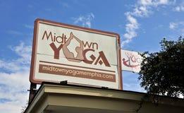 中间地区瑜伽健身房标志,孟菲斯TN 库存图片