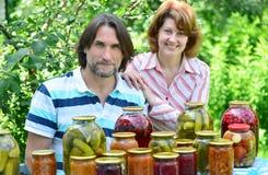中年夫妇与自创蜜饯和果酱的 库存照片