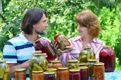 中年夫妇与自创蜜饯和果酱的 免版税库存图片