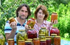 中年夫妇与自创蜜饯和果酱的 免版税图库摄影