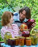 中年夫妇与自创蜜饯和果酱的 图库摄影