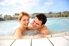 中年夫妇在温泉中心 库存图片