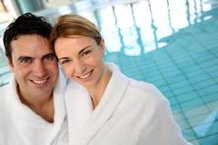 中年夫妇在温泉中心 免版税库存图片