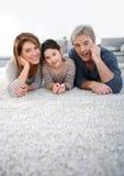 中年夫妇坐地毯地板 库存照片
