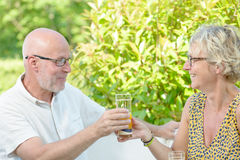 中年夫妇饮料 免版税库存图片