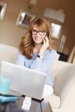 中年女实业家工作 免版税库存图片