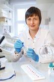 中年女性科学家或技术看与sa的照相机 免版税库存照片