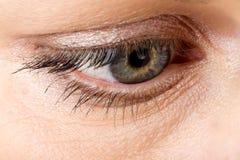 中年妇女眼睛宏指令 免版税图库摄影