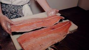 中间射击厨师切开了新鲜的红色鱼 影视素材