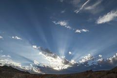 中间日落的天际 免版税库存照片