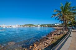 中间沿伊维萨岛江边的早晨晴朗的步行 在海滩的温暖的天在St安东尼de Portmany巴利阿里群岛,西班牙 库存照片