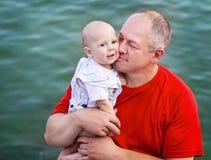 中年父亲和他的小儿子 库存照片