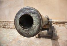 从中年的老大炮在nizwa堡垒,阿曼 免版税图库摄影