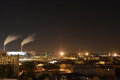 中间的能源厂巴黎在法国在晚上 免版税库存照片