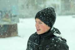 中间看起来年龄男孩佩带的冬天的帽子惊奇 库存照片