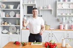 中年运动员、裁减黄瓜菜沙拉和蕃茄 素食食物 免版税库存照片