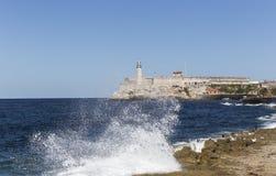 击中Malecon的波浪在哈瓦那 免版税库存图片
