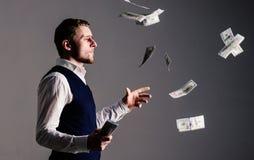 丰厚和财富概念 浪费金钱的傲慢面孔的企业家 库存照片