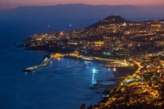 丰沙尔在夜之前,马德拉岛海岛鸟瞰图  库存图片