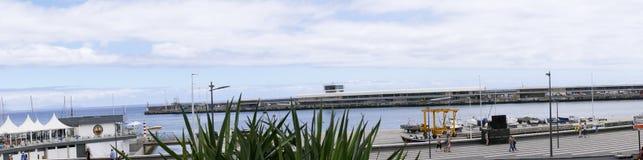 丰沙尔港的码头区餐馆在Madiera海岛上的  免版税库存图片