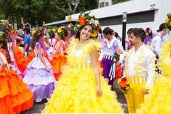丰沙尔,马德拉岛- 2015年4月20日:一名美丽的妇女微笑,她她准备参加马德拉岛花节日 免版税库存图片