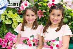 丰沙尔,马德拉岛- 2015年4月20日:花卉服装的两个微笑的女孩在马德拉岛开花节日,丰沙尔,葡萄牙 免版税库存照片