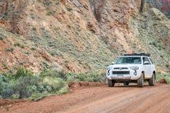 丰田在沙漠足迹的4runner SUV 库存图片