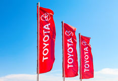 丰田正式经销权旗子反对蓝天的 库存图片
