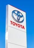 丰田的正式经销权标志反对蓝天的 库存照片