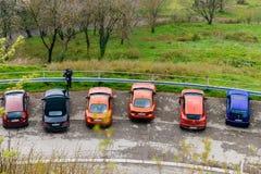 丰田86辆汽车乘BMW和日产汽车surrouinded 免版税库存照片