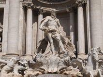 丰盈详细资料喷泉她的雕塑溢出trevi缸水 免版税库存图片
