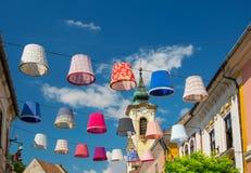 丰足五颜六色的灯罩的街道装饰在Szentendre,匈牙利老镇晴朗的夏日 免版税库存照片